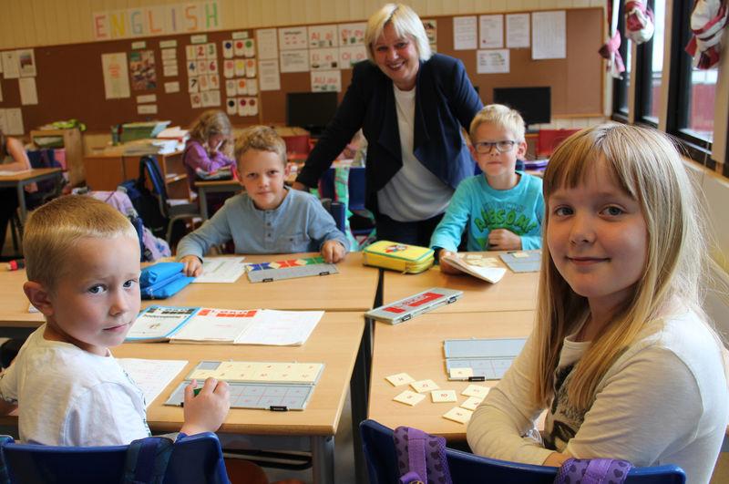 Flere timer i uka: Patrik, Even, Simen og Emma ved Kirkekretsen skole synes mattetimen er morsom. Her sammen med kommunalsjef Anne Kari Thorsrud.