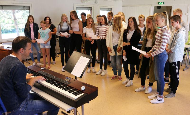 Elevene øver på sangen de skal synge på torget 5. september.