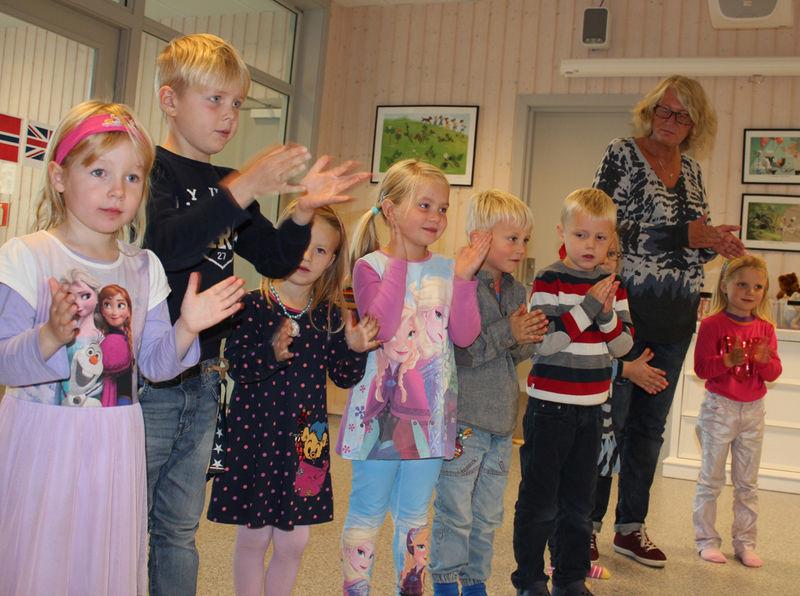 Nora, Peder, Erle, Amanda, Mats, Varg, Nora, Anne (voksen) og Zelda fra Simenstua barnehage synger på engelsk.