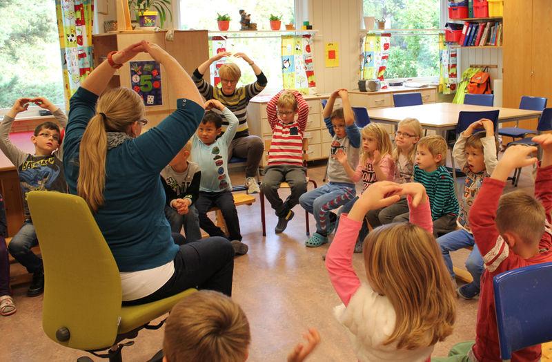 Cari Olson og Solveig Schjerpen lærer førsteklassingene engelsk gjennom bruk av fraser, bevegelser og konkrete ting barna kan ta på. Kanadiske Olson er også ressurslærer i engelsk for alle trinn ved skolen.