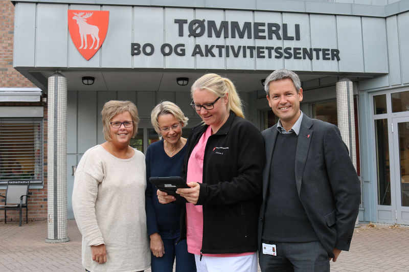 Sykepleier Elin Iversen, avdelingsleder Hanne Falch Rustand, fagarbeider Hanne Svendsen og kommunalsjef Sverre Rudjord.