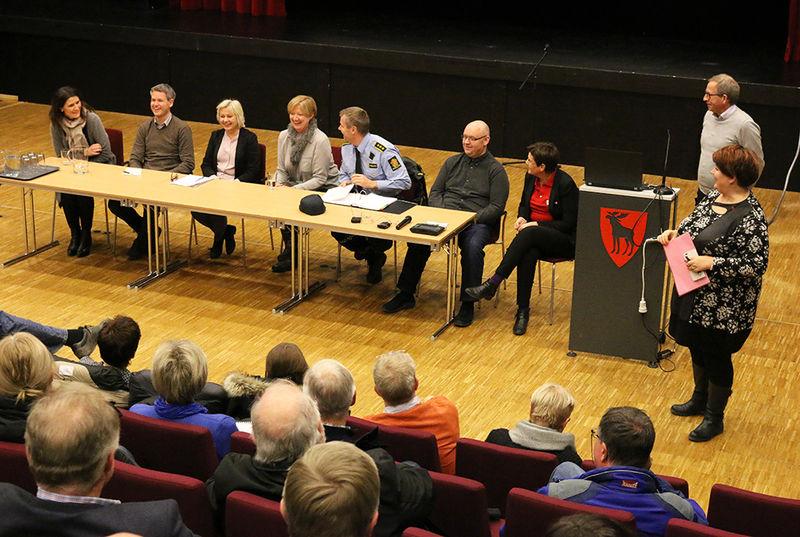 Panel under informasjonsmøte.