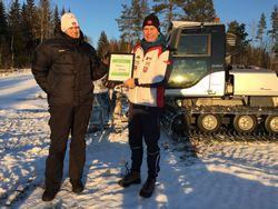Banksjef Magne Bjørnstad overleverte gaven på kre 500.000 fra Rindal Sparebank til leder i Rindal IL John Ole Aspli