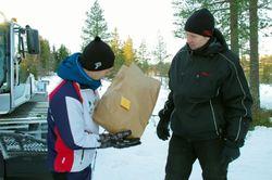 Løypekjører Tore fikk overlevert en velfortjent gave fra leder John Ole.