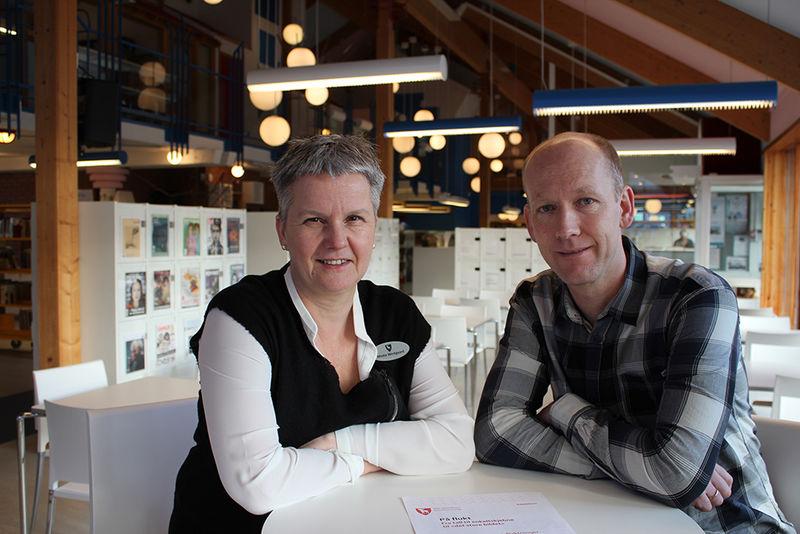 Biblioteksjef Mette Westgaard og Roger Nilssen, leder for servicesenteret
