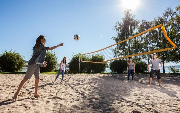 Ungdom spiller volleyball.
