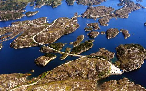 Sævrøyna, Lauvøyna og Ulvøyna sett frå lufta. Foto: Lasse Tur (2011)