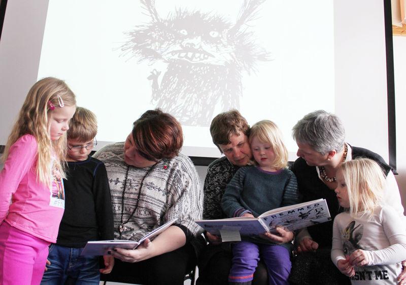 Barn og voksne som leser sammen