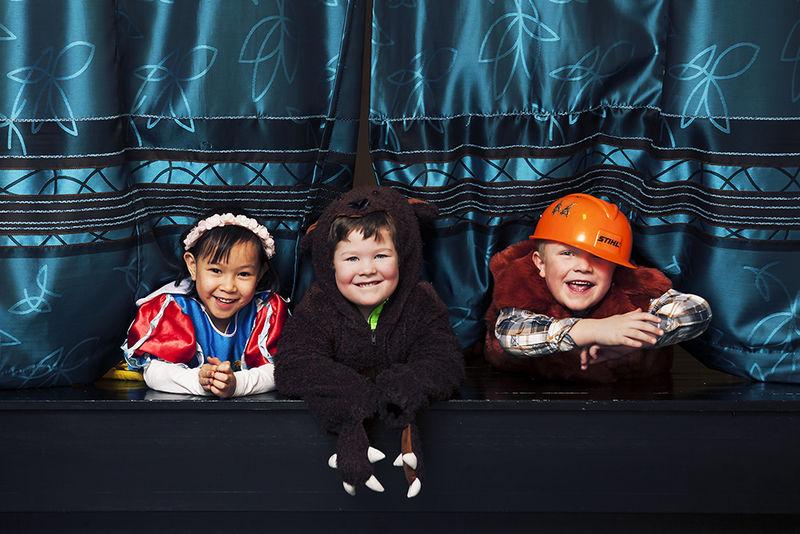 Tre unger i barnehagen.