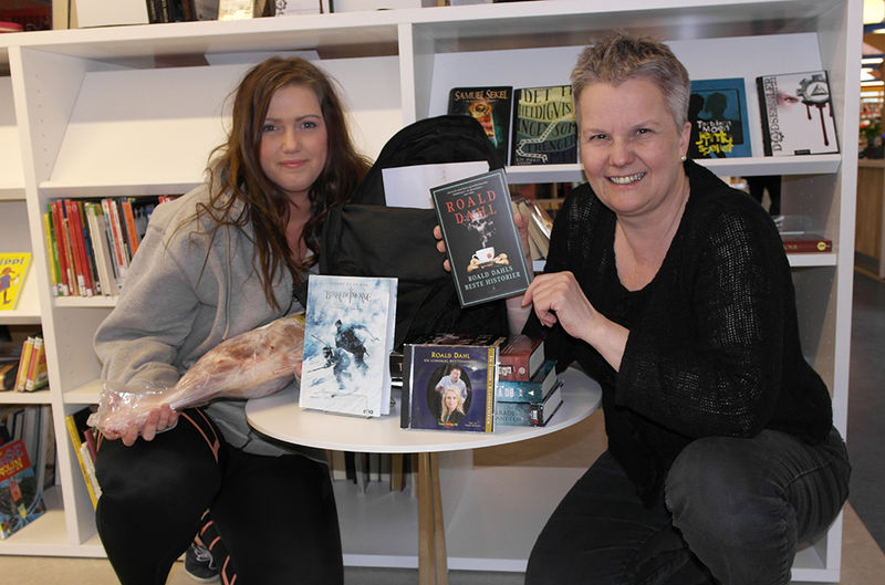 Krimvinner Marita og biblioteksjef Mette med bokpremien.