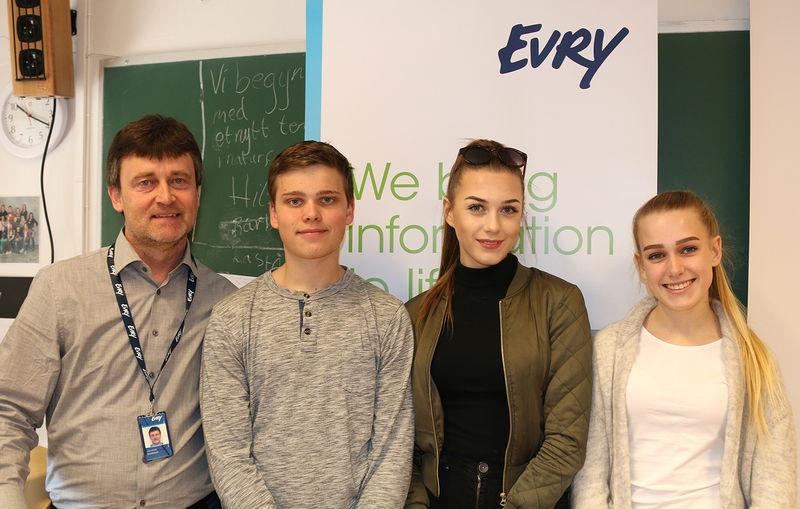Elever fra Brumunddal ungdomsskole sammen med en representant fra EVRY.