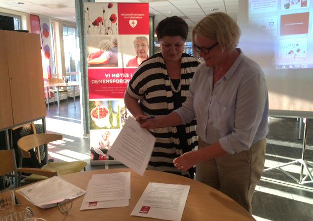 Avtale om demensvennlig samfunn blir signert.