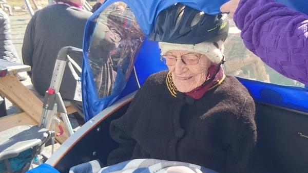 Kvænangens eldste Nanna Jakobsen fikk tur med elsykkel_600x338.jpg