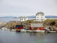Skotholmen, med Fedjefjorden og Hurtigruta bak. Foto: Fedje kommune, mars 2014.