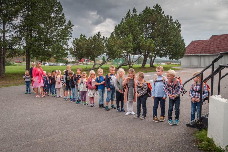 Skolebarn på vei inn i skolebygget