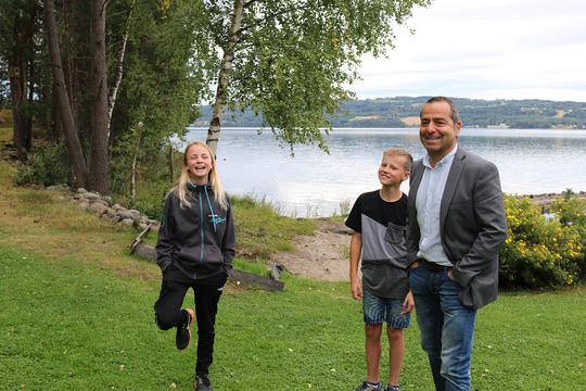 Regissør Asle Berteig med hovedrolleinnehaverne Stine Håkenstad og Teodor Kaashagen Holmen