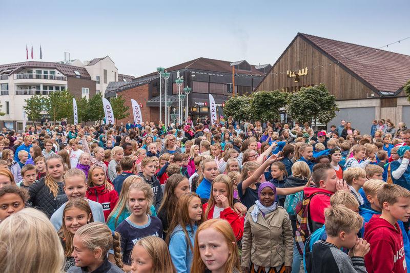 Barn på torget i Brumunddal