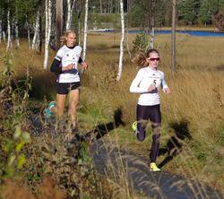 Startnt 5 Ane Uglem Mobakken, SK Vidar (J15) og startnr 11 Kristin Andrea Salvesen, Kristiansand Løpeklubb