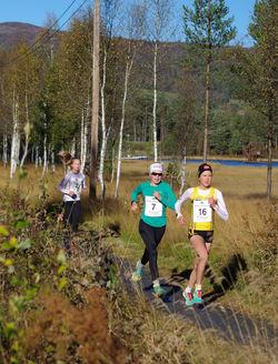 Startnr 16 Ingeborg Nordaune, Steinkjer Friidrettsklubb K Junior), startnr 7 Mari Robøle Line, Hamar IL (J16) og Startnr 2 Lina Eikenes Hvamstad, SK Vidar (J15).