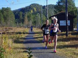 Startnr 66 Heidi Hestmark, Namdal Løpeklubb (Kvinner senior) og startnr 63 Pernilla Eugenie Epland, Stord IL (kvinner senior)