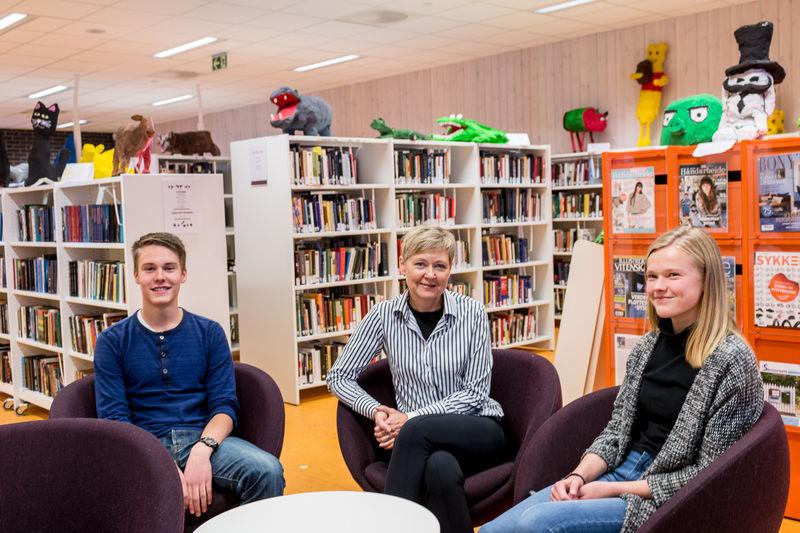 Rektor og elever på skolebiblioteket