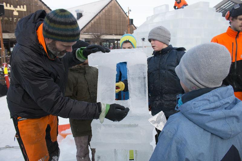 Barn og voksen som lager iskunst