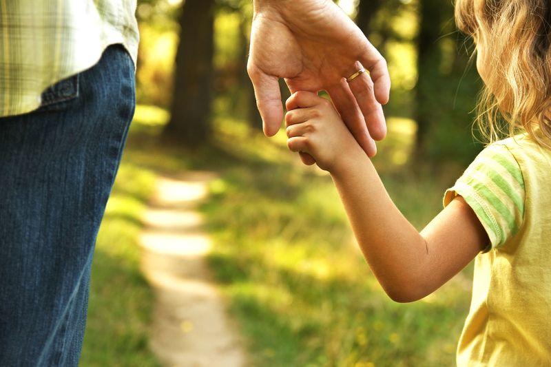 Barn og voksen i skogen