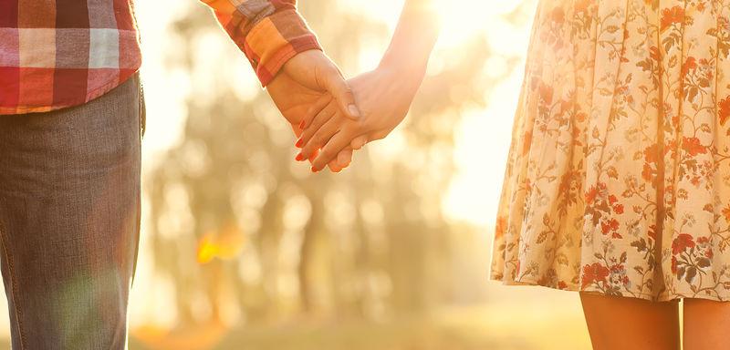Ungt par som holder hender