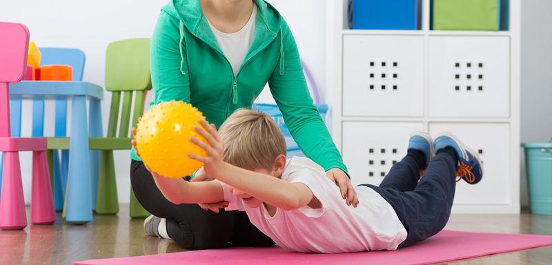 Barn trener med ball