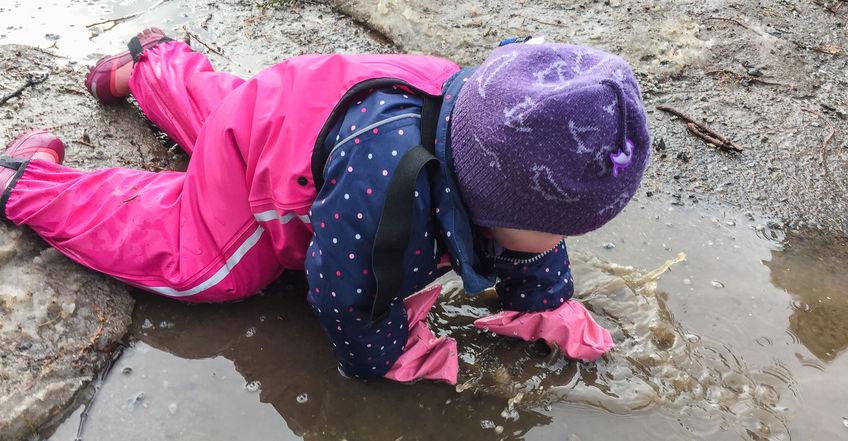 Barn som leker i vann