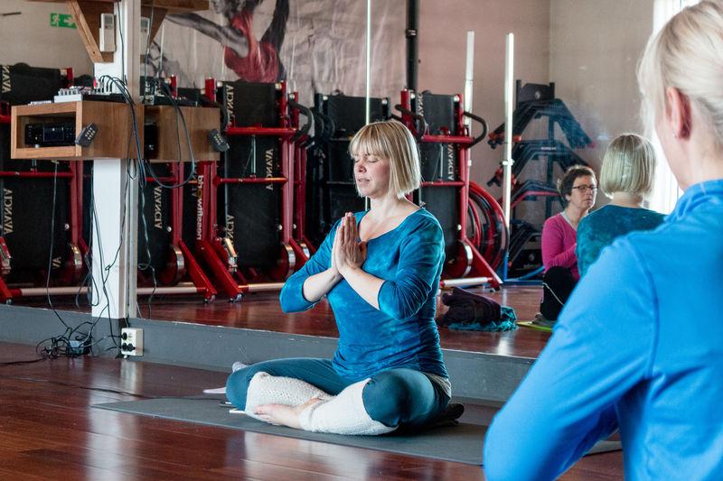 Folk på yogakurs