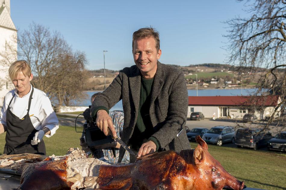 Bente Ekeberg Bodin fra Tingnes Spiseri og Andreas Viestad serverer helstekt gris.