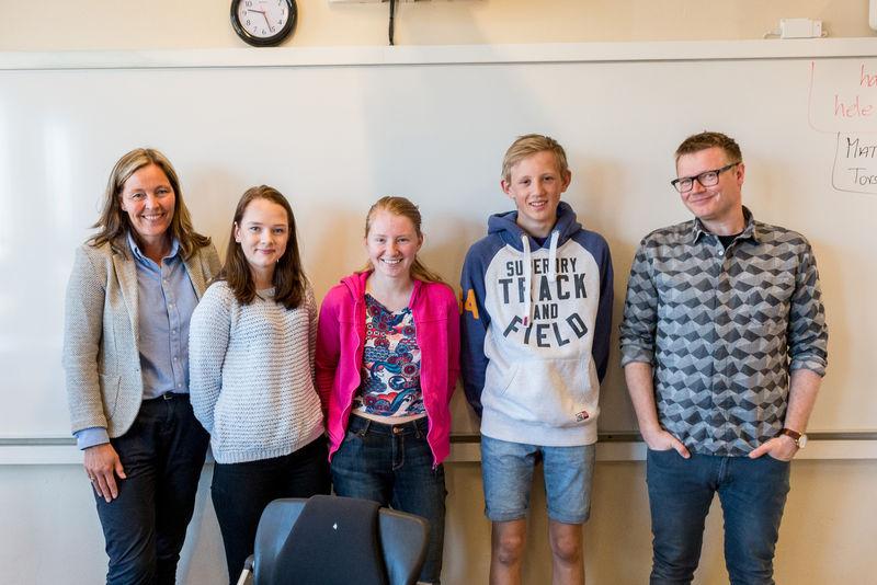 Elever, rektor og lærer foran tavla