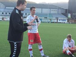 Målscorer Robert og resten av laget får instrukser av trener Lars Ole i pausen