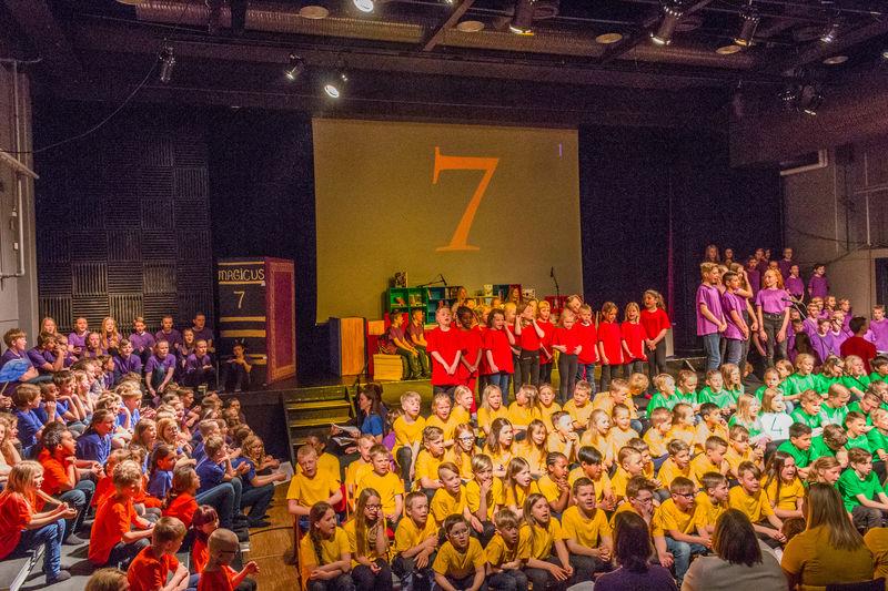 Elever fra Mørkved skole i teatersalen