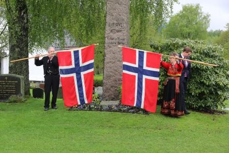 IMG_9090_Leikarringen_Noreg_Strømsgodset_Kirkegård_Per_Sivles_Bauta.JPG