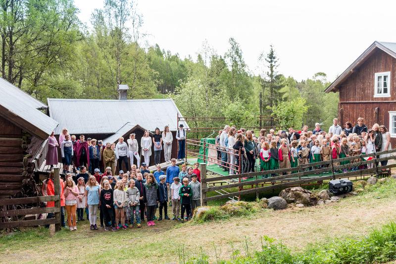 Samtlige elever ved Kylstad skole på scenen