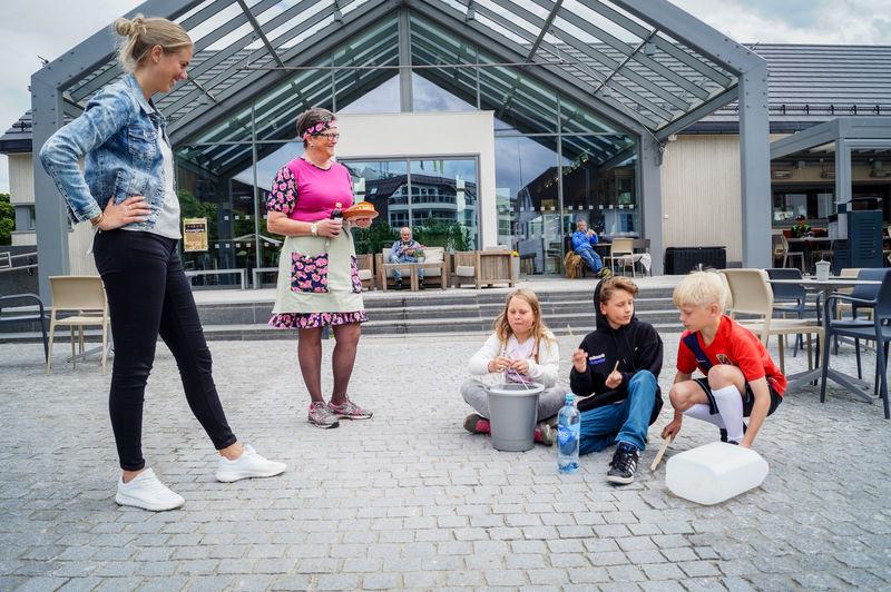 Barn med stomp-instrumenter på torget