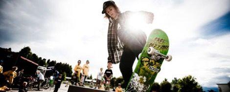 Gutt på skateboard