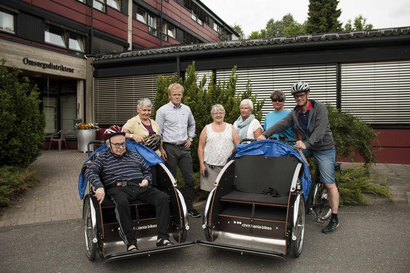 El-sykler med folk rundt
