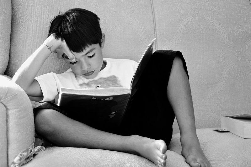 Gutt leser bok.