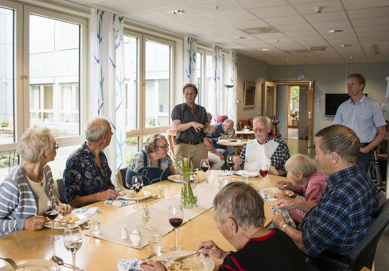 Folk som sitter rundt matbordet.