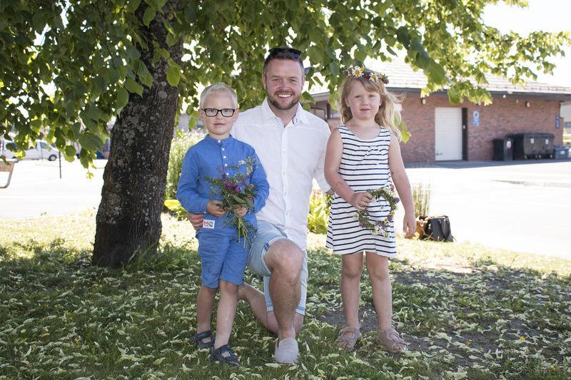 Barn og voksen med blomsterkranser