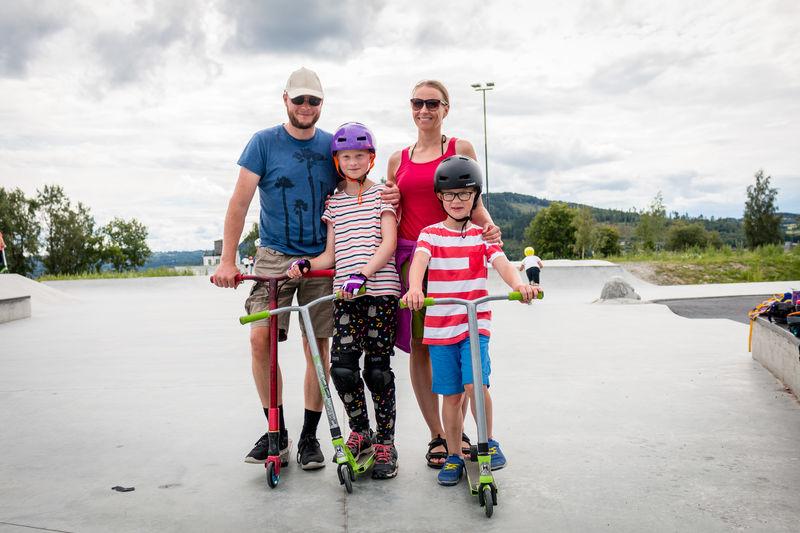 Familie i skateparken