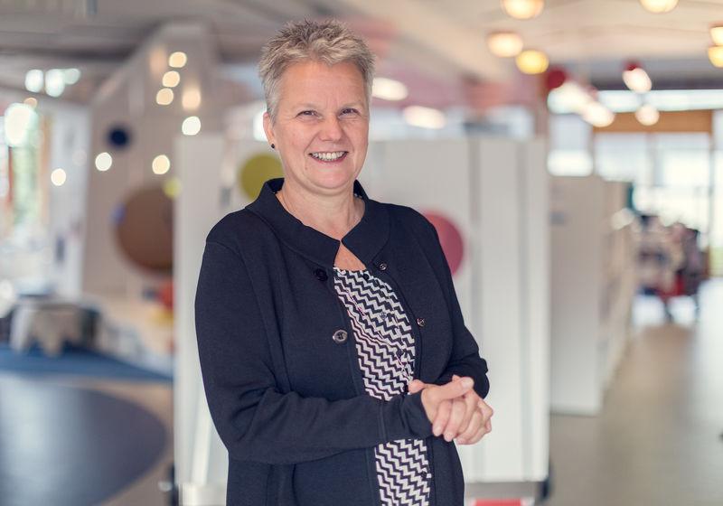 Biblioteksjef Mette Westgaard ser frem til å holde åpent en time lenger på lørdager