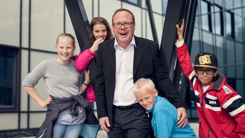 Rådmann Jørn Strand sammen og fire av Moelv skoles nye elever