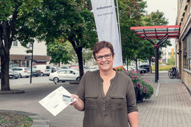 Astrid Petersen Finneid viser fram valgkort og eksempel på godkjent identifikasjon.