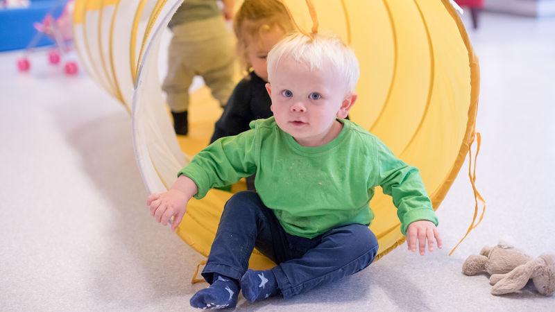 Noah (1 år) har det gøy i tunellen sammen med vennene sine på «Gromongen»