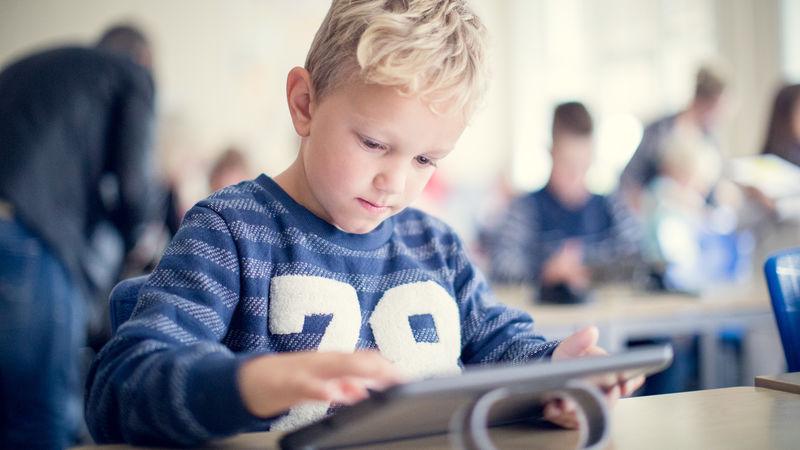 Gutt med iPad