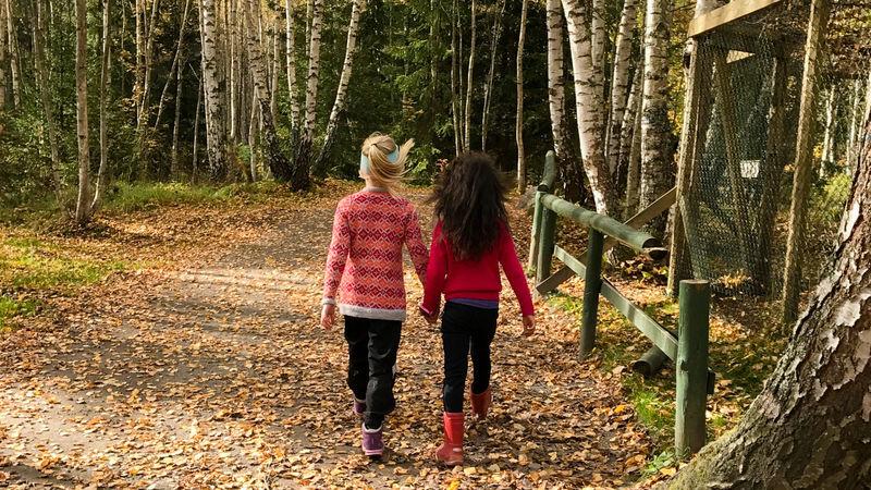 Barn som går hånd i hånd